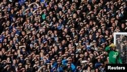 Le gardien du FC Everton, Tim Howard se protège ses yeux du soleil lors du match en Première League de son Club contre Tottenham Hotspur à Goodison Park à Liverpool, au nord de l'Angleterre, le 3 Novembre 2013.