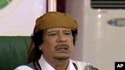권력을 고수하고 있는 무아마르 가다피 (자료사진)
