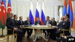 (слева-направо) Делегация из Азербайджана во главе с Ильхамом Алиевым, российская делегация во главе с Дмитрием Медведевым, армянская делегация во главе с Сержем Саргсяном
