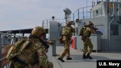 Thủy quân lục chiến và Hải quân Hoàng gia Anh trên tàu hộ tống HMS Monstrose diễn tập huấn luyện cùng với tàu chở dầu tiếp liệu USNS Guadalupe của Hải quân Mỹ.