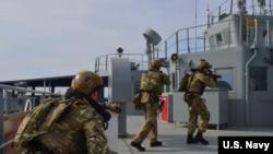 英國皇家海軍特種兵進行登艦、搜查和扣船演習(2019年2月18日)