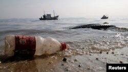 La contaminación con plástico en los océanos eventualmente entra en la cadena alimenticia.