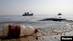 Des déchets en plastique sur une plage (REUTERS/Sergio Moraes)