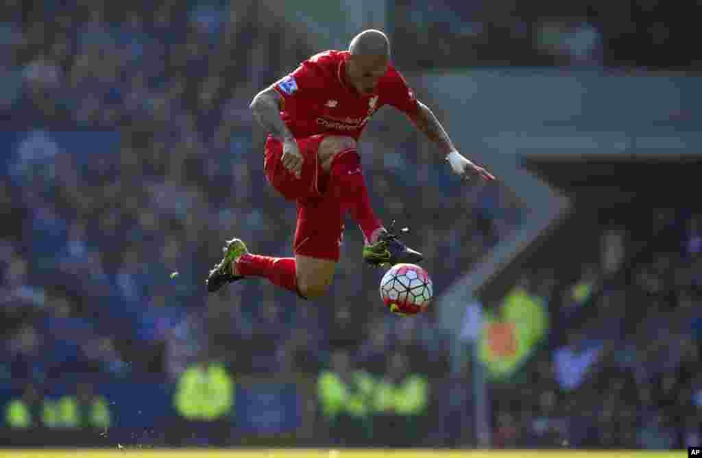 កីឡាករ Martin Skrtel របស់ Liverpool គ្រប់គ្រងបាល់ ក្នុងពេលប្រកួតបាល់ទាត់ English Premier League រវាងក្រុម Everton និងក្រុម Liverpool នៅស្តាត Goodison Park ក្រុង Liverpool ប្រទេសអង់គ្លេស។