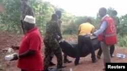 Du personnel de l'armée kenyane ainsi que des volontaires de la Croix rouge transportent des de personnes tuées dans un village à Korome, non loin de la frontière avec la ville de Mandera, 2 décembre 2014.