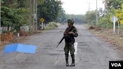 Seorang tentara Thailand berpatroli di daerah perbatasan antara Thailand dan Kamboja.