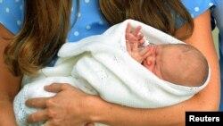 Prens William ak madanm li, Catherine, pandan yo te parèt avèk ti bebe yo a devan Lopital St. Mary, nan sant vil Lond. (Foto:; 23 jiyè 2013).