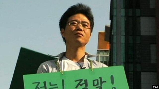 Anh Ji Seong-ho Ji, bị cụt một tay và một chân trái, sau khi trốn từ miền bắc sang Nam Triều Tiên anh đã được gắn tay, chân giả