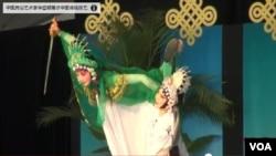 來自各地的遊客都欣賞中國戲劇。