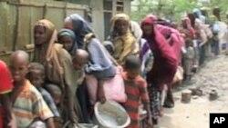 Wakimbizi wakiwa katika msitari kupata msaada