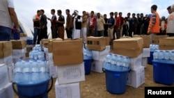Distribution d'aide humanitaire au camp d'Al Khazer près de Hassan Sham, à l'est de Mossoul, en Irak, le 2 novembre 2016.