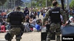 Македонські поліцейські охороняють кордон перед натовпом незаконних мігрантів