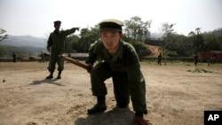 图为缅甸克钦族独立部队2010年4月17日进行战斗训练的资料照