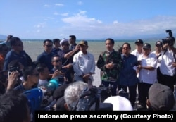 Presiden Jokowi saat berada di Palu, Sulawesi Tengah, untuk meninjau daerah yang terdampak gempa bumi dan tsunami di pantai Talise dan pusat kota Palu, 30 September 2018.