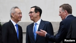 中國副總理劉鶴2019年5月10日在華盛頓的美國貿易代表辦公室同美國貿易代表萊特希澤和財政姆努欽交談。