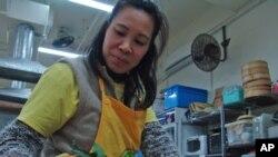 项目助理陈碧娇在分拣水果