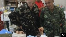 Komandan pasukan khusus Filipina, Brigjen Alan Arrojado, mengunjungi sandera asal Swiss yang dibebaskan militan Abu Sayyaf di Jolo, Filipina selatan. (Foto: Dok)