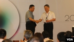 台北市长柯文哲与来访的上海统战部长沙海林握手。(美国之音林枫拍摄)