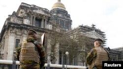 Des militaires belges devant le Palais de Justice, à Bruxelles, le 22 janvier 2016.