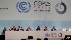 Antonio Guterres, Sekretaris Jenderal Perserikatan Bangsa-Bangsa, ke-3 kiri, selama acara Pleno Iklim Global di kongres pembicaraan iklim COP25 di Madrid, Spanyol, Rabu, 11 Desember 2019. (Foto: AP/Paul White)