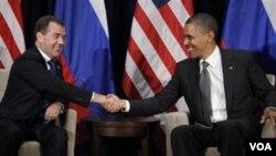 Američki predsjednik Barack Obama na sastanku s ruskim kolegom Dmitrijem Medvjedevim na summitu APEC-a u Honoluluu, na Havajima, 12.11. 2011. (AP Photo/Charles Dharapak)