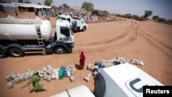 Les Nations unies distribuent plus de 40.000 litres d'eau dans la communauté à El Srief, Darfour, 25 2011.