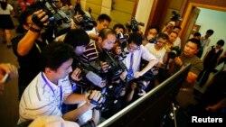 Novinari snimaju ekran na kojem se putem sudskog mikrobloga vidi Bo Šilaj na suđenju, 22. avgust 2013.