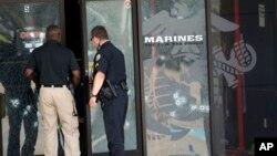 16일 총격을 받은 미국 테네시주 군사시설에서 경찰이 사건 현장을 수색하고 있다.