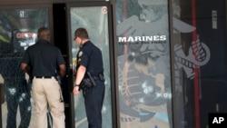 Agentes policiales entran al Centro de Carrera de las Fuerzas Armadas a través de la puerta impactada por las balas, en Chattanooga, Tennessee, este jueves 16 de julio de 2015.