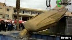 Tượng của cố tổng thống Hafez al-Assad, thân phụ của Tổng thống Bashar al-Assad bị dân thành phố Raqqa kéo đổ, 4/3/13