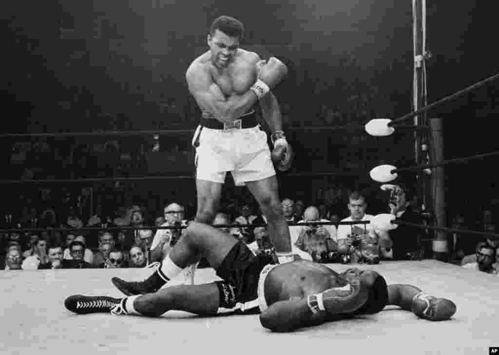 El campeón de peso pesado Muhammad Ali, vence a su rival Sonny Liston, con un corto a la derecha de la mandíbula el 25 de mayo de 1965, en Lewiston, Maine. El combate duró sólo un minuto en la primera ronda.