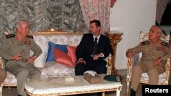 Presiden Suriah, Bashar al-Assad (tengah) bertemu dengan Mentri Pertahanan Suriah Mustafa Tlass (kiri) dan Kepala Staf Angkatan Darat Ali Aslan di kediaman Presiden Assad (Foto: dok). Brigjen Manaf Tlas, komandan garda elit Suriah yang membelot adalah put