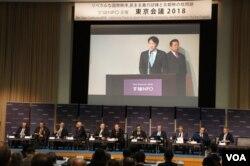 日本防衛大臣小野寺五典在論壇上發表對朝鮮動向的分析,身後是保鏢(美國之音歌籃拍攝)