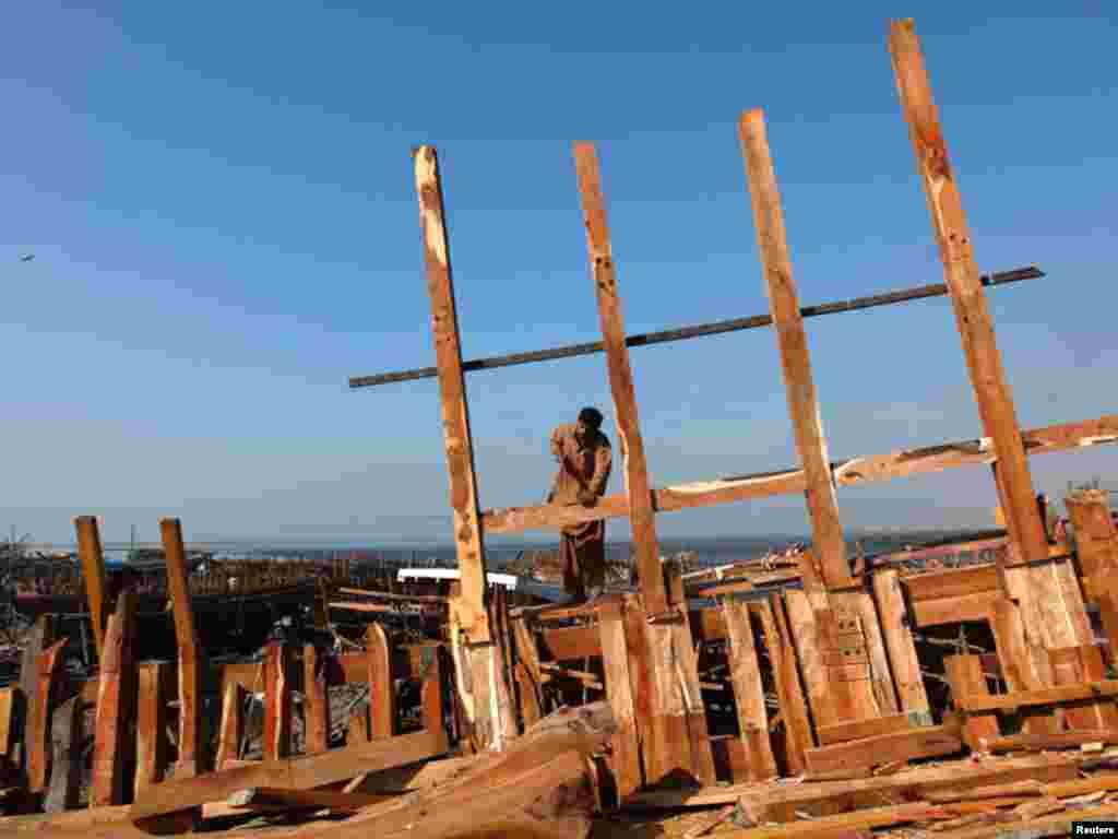 لکڑی کےدرجنوں ٹکڑوں کو جوڑ کر ایک بڑی کشتی تیار کی جاتی ہے