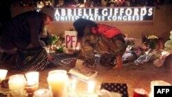 Dân chúng tụ tập đốt nến bên ngoài văn phòng Dân biểu Giffords cầu nguyện cho bà được an lành
