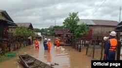 ကရင္ျပည္နယ္၊ ေကာ့ကရိတ္ၿမိဳ႕မွာ မိုးသည္းထန္စြာ႐ြာသြန္းၿပီး ေရဝင္တာေၾကာင့္ ေ႐ႊ႕ေျပာင္းႏိုင္ဖို႔နဲ႔ ကူညီကယ္ဆယ္ေဆာင္႐ြက္ႏိုင္ဖို႔ လိုက္လံႏိႈးေဆာ္ေနတဲ့ မီးသတ္တပ္ဖဲြ႔၀င္မ်ား။ (ဓာတ္ပံု - Myanmar Fire Services Department - ၾသဂုတ္ ၄၊ ၂၀၂၀)