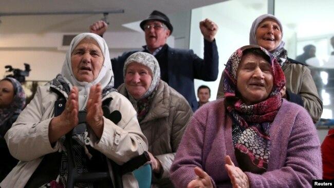 Familjarët e mijëra burrave të masakruar nga serbët e Bosnjës në Srebrenicë në vitin 1995, duartrokitën derisa në Hagë gjykatësit e Kombeve të Bashkuara i shqiptuan dënimin me burgim të përjetshëm ish udhëheqësit të serbëve të Bosnjës, Radovan Karaxhiç.