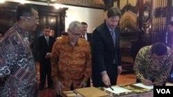 Menteri BUMN, Dahlan Iskan (kiri) turut menyaksikan penandatanganan MOU kerjasama produksi isotop medis di KBRI Washington DC, Senin (16/6).