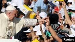 Papu Franju pozdravljaju nakon što je stigao na misu na Zajed sport gradskom stadionu u Abu Dabiju, Ujedinjeni Arapski Emirati, 5. februara 2019.