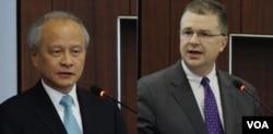 美国国家安全委员会亚洲事务资深主任康达和中国驻美大使崔天凯(左)(2016年7月13日)