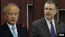 """Ông Daniel Kritenbrink (phải) lên tiếng sau khi ông Thôi Thiên Khải, đại sứ Trung Quốc tại Hoa Kỳ, lên tiếng cảnh báo khả năng xảy ra """"xung đột"""" và """"đối đầu"""" ở biển Đông trong một sự kiện ở thủ đô Washington năm ngoái."""