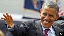 Tổng thống Obama vẫy chào các ủng hộ viên khi ông đến phi trường quốc tế Charlotte/Douglas ở thành phố Charlotte, bang North Carolina, ngày 5/9/2012