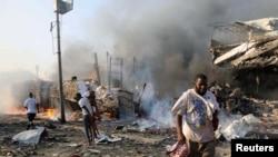 索马里老百姓走过首都摩加迪沙的爆炸现场。(2017年10月14日)