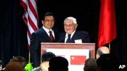 胡锦涛和基辛格在讲台上