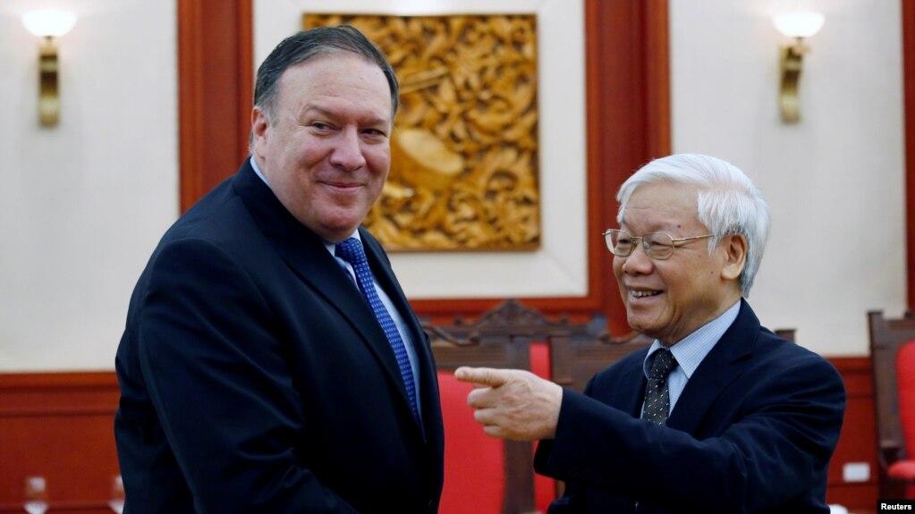 Mike Pompeo và Nguyễn Phú Trọng (phải) tại Hà Nội, 8 tháng Bảy, 2018.