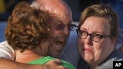 20일 총기 난사 사고가 발생한 콜로라도의 영화관 밖에서 오열하는 희생자 가족.