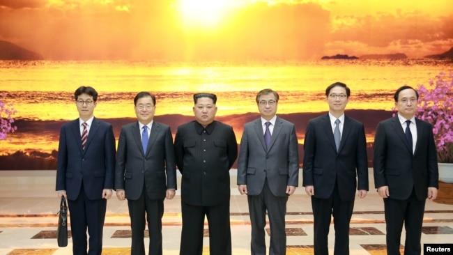 Şimali Koreya lideri Kim Yonq Un Cənubi Koreyanın rəsmi nümayəndə heyətinin üzvləri ilə