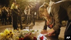 图为人们9月7日在俄罗斯西部城市雅罗斯拉夫尔悼念俄罗斯飞机失事中的罹难者