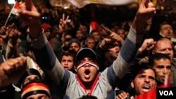 Decenas de miles de manifestantes celebran en el Cairo el fin del gobierno de Hosni Mubarak que estuvo 30 años en el poder.