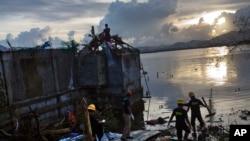 Spasioci izvlače tela žrtava u Taklobanu, u centralnom delu Filipina, 13. novembra 2013.